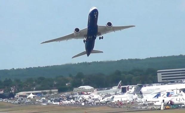 Samolot pasażerski startuje w niemal pionowej pozycji. Zobacz!