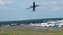 Samolot pasażerski startuje w niemal pionowej pozycji