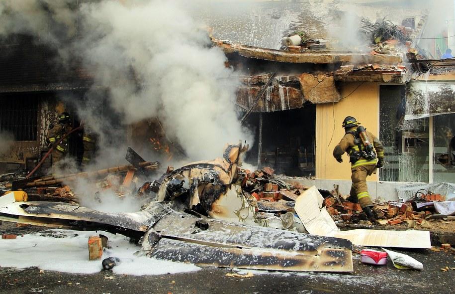 Samolot spadł na osiedle domów mieszkalnych w Bogocie /MAURICIO OSORIO /PAP/EPA