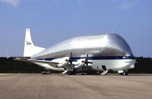 "Samolot Super Guppy ""połknął"" kapsułę Orion"
