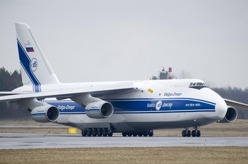 Samolot transportowy An 124 100 Ruslan należący do rosyjskich Volga Dnepr Airlines /Wojciech Strozyk/ /Reporter