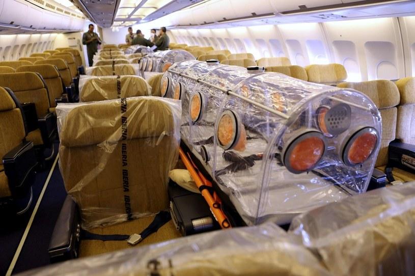 Samolot z hiszpańskim misjonarzem, który zaraził się wirusem Ebola wylądował na otnisku koło Madrytu /PAP/EPA