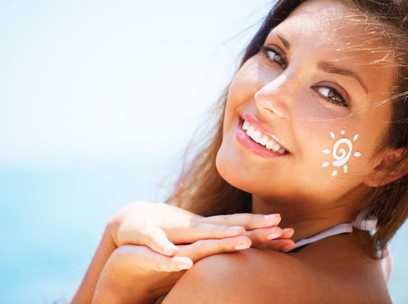 Samoopalacz wmasuj dokładnie, kolistymi ruchami w skórę całego ciała /123RF/PICSEL