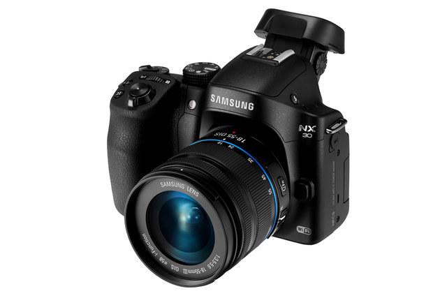 Samsung NX30 wyposażony został w odchylany wizjer /materiały prasowe