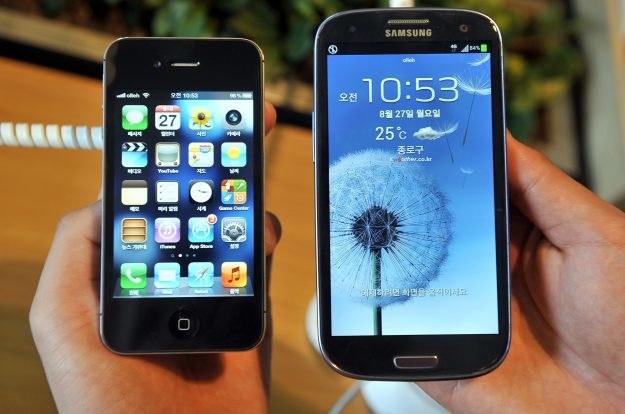 Samsung wyraźnie wyprzedza Apple pod względem liczby sprzedanych smartfonów /AFP