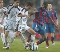 Samuel Eto'o dwukrotnie pokonał bramkarza Osasuny. Barcelona - Osasuna 3:0 /AFP