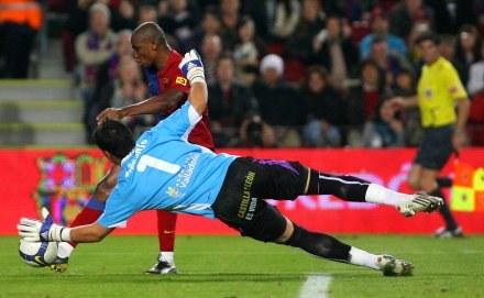 Samuel Eto'o pokonuje bramkarza Realu Valladolid. /AFP