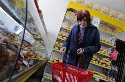 Sanepid przygląda się wózkom podczas kontroli, które robi w sklepach co kilka miesięcy /AFP