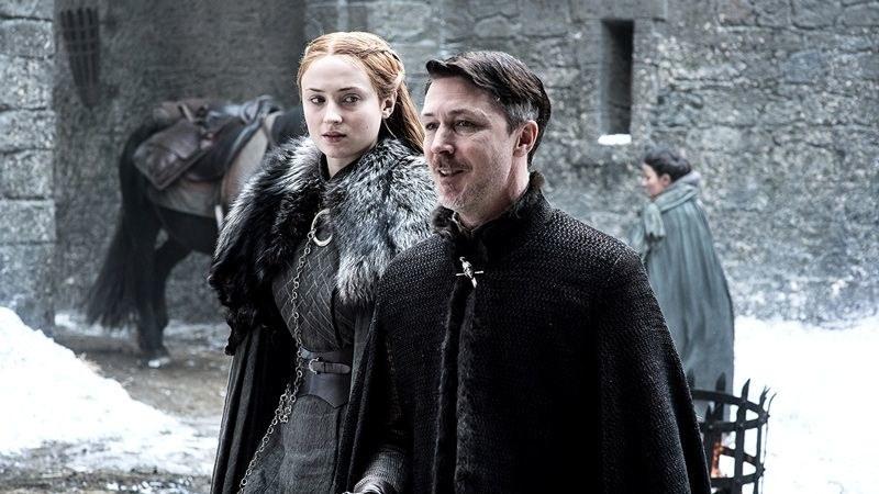 """Sansa Stark (Sophie Turner) i Littlefinger (Aidan Gillen) - kadr z siódmego sezonu serialu """"Gra o tron"""" /HBO"""