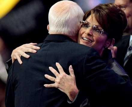 Sarah Palin obejmuje Johna McCaina podczas wiecu Republikanów /AFP