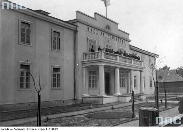Sarny - miasto powiatowe w woj. wołyńskim. Na zdjęciu siedziba Wydziału Powiatowego w roku 1938 /Z archiwum Narodowego Archiwum Cyfrowego