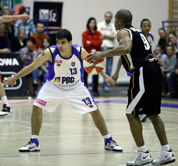 Sasa Ocokojilic (z lewej) z PBG Basket i Torey Thomas z Turowa. Fot. Marek Zakrzewski. /PAP