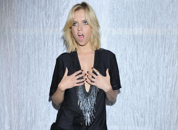 Sasha Struni w sukience z gwoździami - projekt Gavła / fot. J. Antoniak /MWMedia