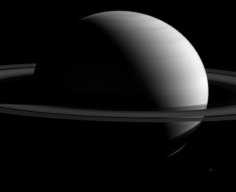 Saturn i Tetyda w obiektywie sondy Cassini /NASA