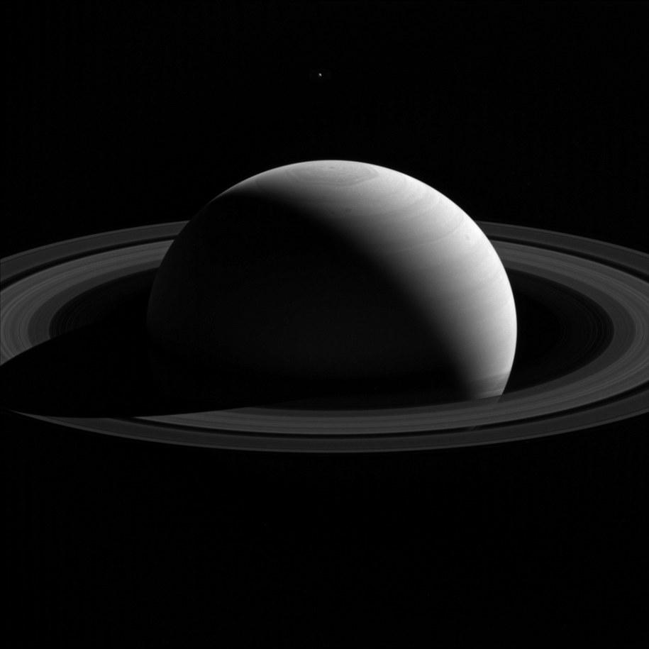 Saturn i Tetyda /NASA/JPL-Caltech/Space Science Institute /materiały prasowe