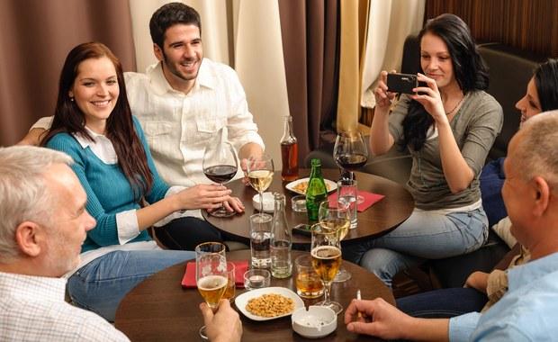 Savoir-vivre: Czy zachęcać do jedzenia, jeśli nie wszyscy otrzymali danie?