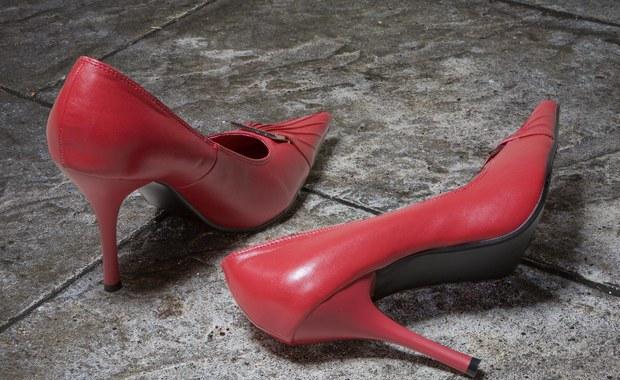 Savoir-vivre: Czy zdejmować buty u kogoś w domu?