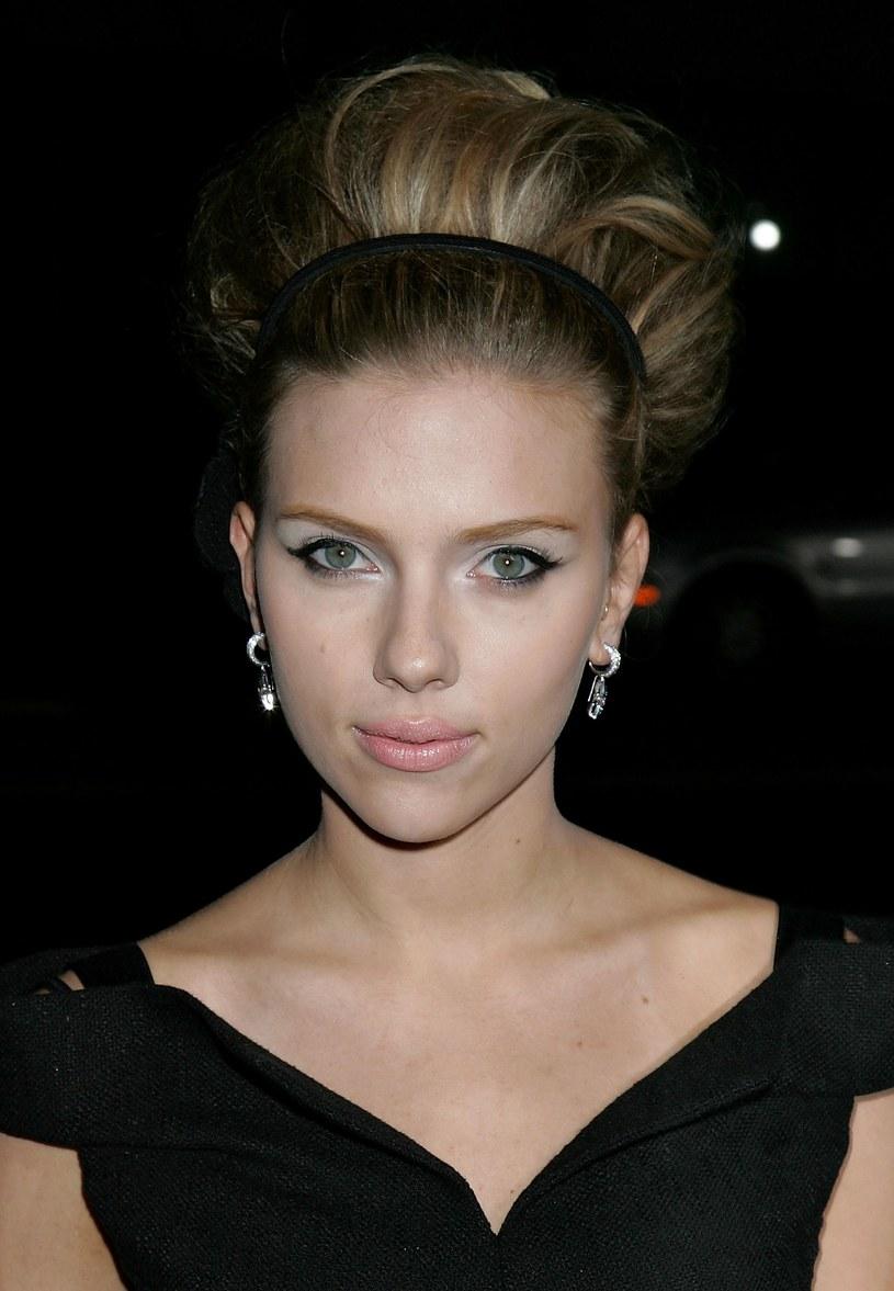 Scarlett Johansson pasuje modne, wysokie upięcie  /Getty Images/Flash Press Media