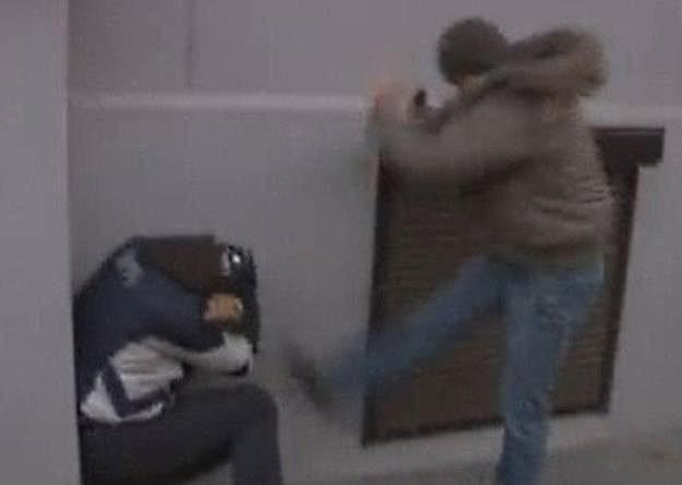 Scena ataku policjanta, fot. Nowy Ekran, youtube.com /YouTube