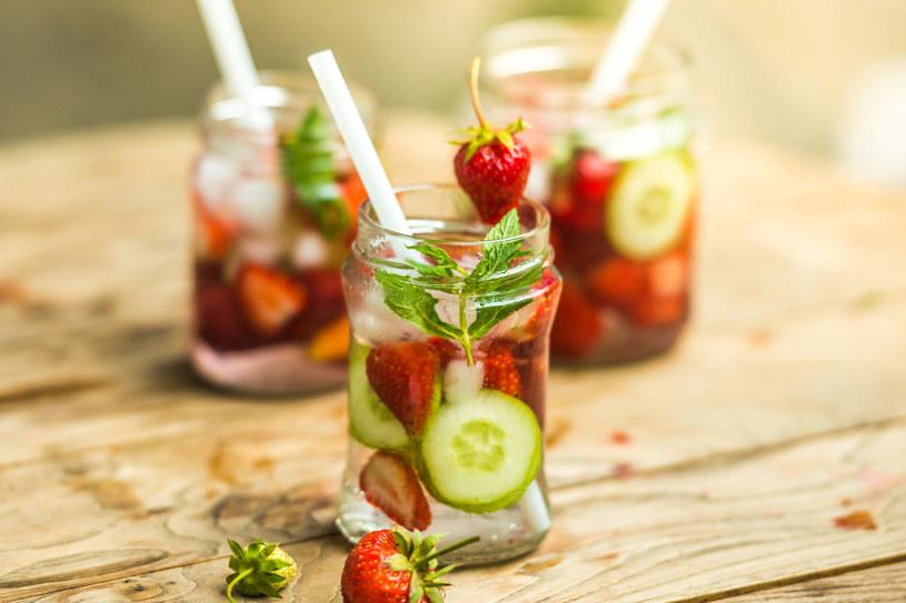 Schłodzona woda dobrze komponuje się z owocami, miętą, a nawet tymiankiem /123RF/PICSEL