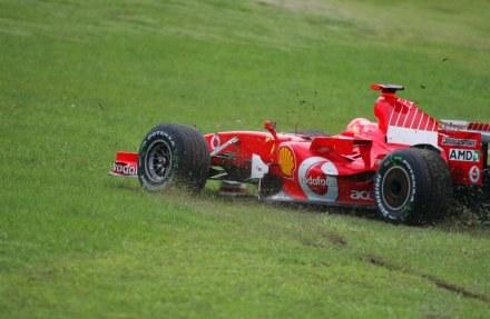Schumacher miał w piątek przygodę poza torem /AFP