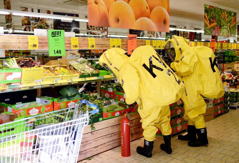 Ściągnięto strażaków, którzy ubrani w ochronne kombinezony przeczesywali półki w poszukiwaniu intruza /OSKAR EYB /PAP/EPA