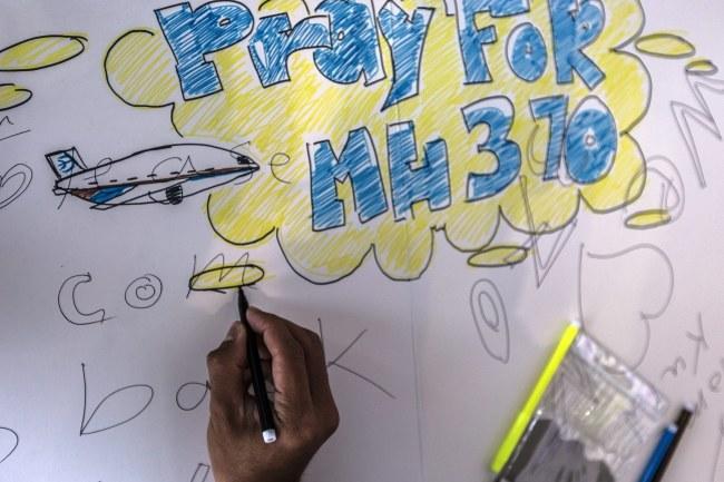 """Ściana nadziei"" na lotnisku w Kuala Lumpur /AHMAD YUSNI /PAP/EPA"