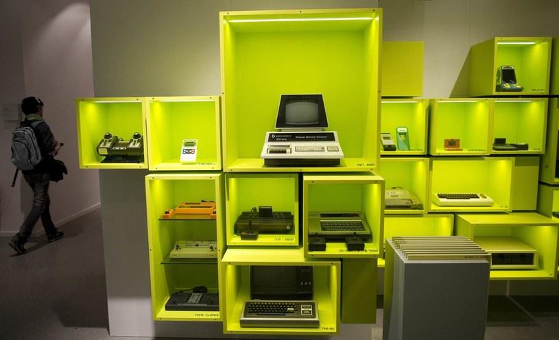 Ściana pełna kultowych sprzętów do grania. Takie atrakcje czekają na zwiedzających Computer Game Museum w Berlinie /AFP
