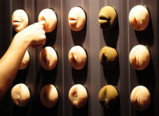 Ściana ze sztucznymi ustami, waginami i anusami.  Do wyboru, do koloru! /AFP