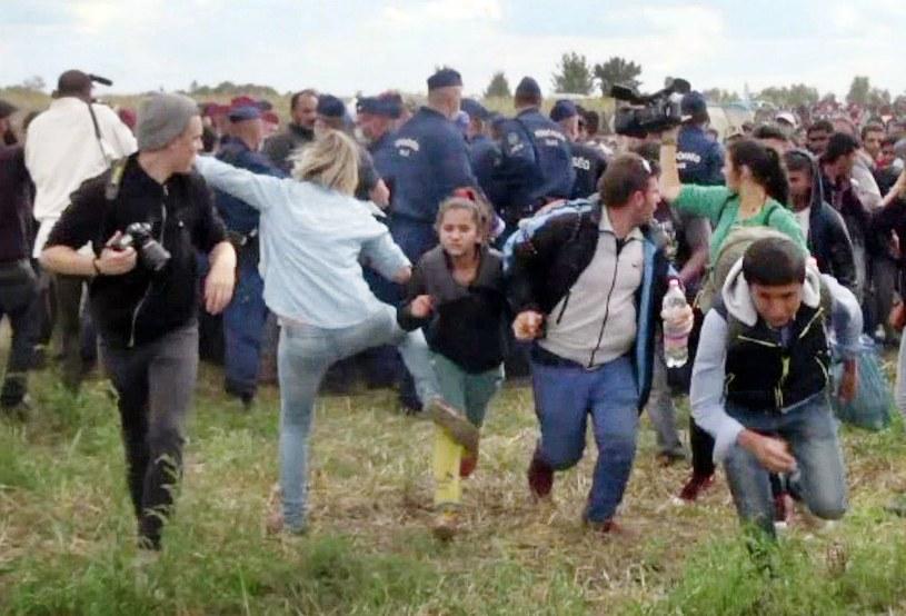 Screen ukazujący węgierską operatorkę, która zachowywała się agresywnie wobec migrantów podczas kręcenia materiału w 2015 roku. O sprawie było głośno w międzynarodowych mediach /AFP