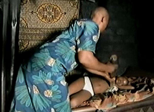 """Screen z filmu """"Breast Ironing"""" znajdującego się na http://www.youtube.com /http://www.youtube.com /"""