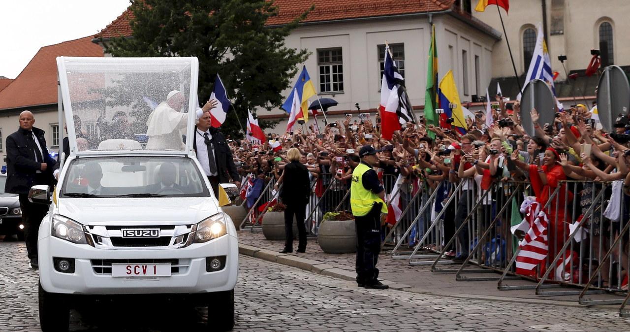 ŚDM: Franciszek w Krakowie. W papamobile przejechał ulicami