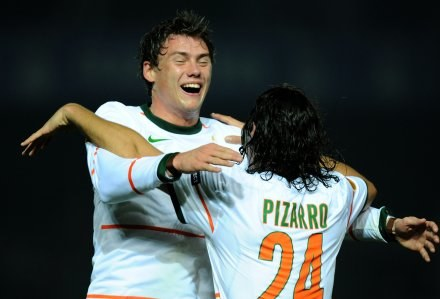 Sebastian Boenisch i Claudio Pizarro /AFP