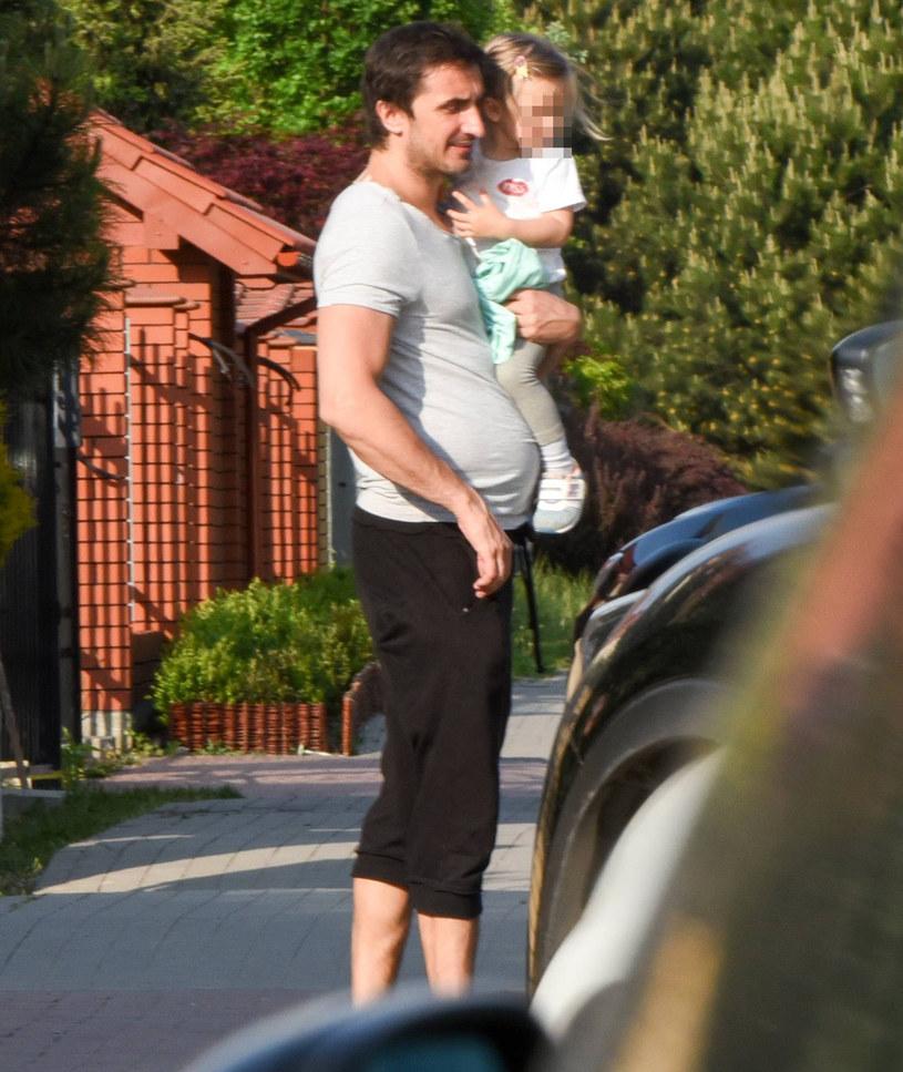 Sebastian Karpiel-Bułecka przeżywa pójście córki Tosi do przedszkola /Newspix