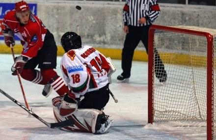 Sebastian Kowalówka atakuje bramkę Arkadiusza Sobeckiego (GKS), fot: Łukasz Laskowski /Agencja Przegląd Sportowy