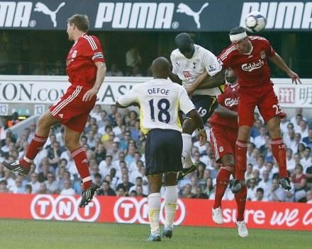 Sebastien Bassong (trzeci z prawej) strzela zwycięskiego gola dla Tottenhamu. /AFP