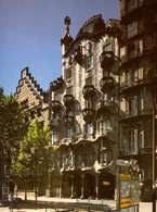 Secesja: Antonio Gaudí, Casa Batlló, ściana fasady ozdobiona kawałkami mozaiki oraz ceramicznymi /Encyklopedia Internautica