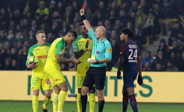 Sędzia kopnął zawodnika, po czym pokazał mu czerwoną kartkę!