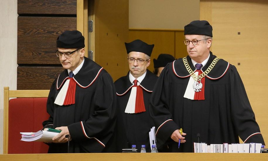 Sędziowie TK, od lewej: Mirosław Granat, sprawozdawca Piotr Tuleja, przewodniczący Andrzej Wróbel wchodzą na salę rozpraw w Trybunale Konstytucyjnym w Warszawie /Paweł Supernak /PAP