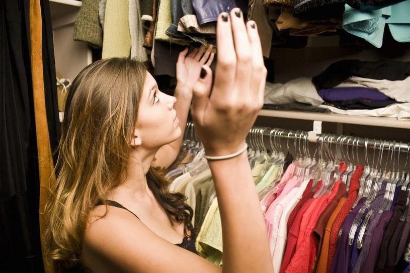 Segregacja ubrań w szafie znacznie ułatwi utrzymanie porządku /123RF/PICSEL