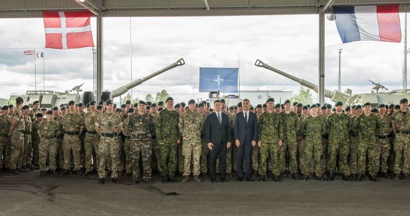 Sekretarz Generalny NATO Jens Stoltenberg z duńskimi i francuskimi żołnierzami /AFP