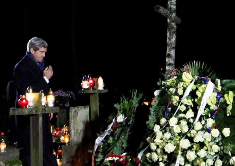 Sekretarz stanu USA John Kerry złożył wieniec na grobie Tadeusza Mazowieckiego /Radek Pietruszka /PAP