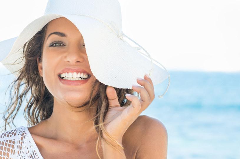 Sekretem letniego makijażu są rozświetlacze, rozświetlający puder, mieniące się i połyskujące cienie do powiek /©123RF/PICSEL
