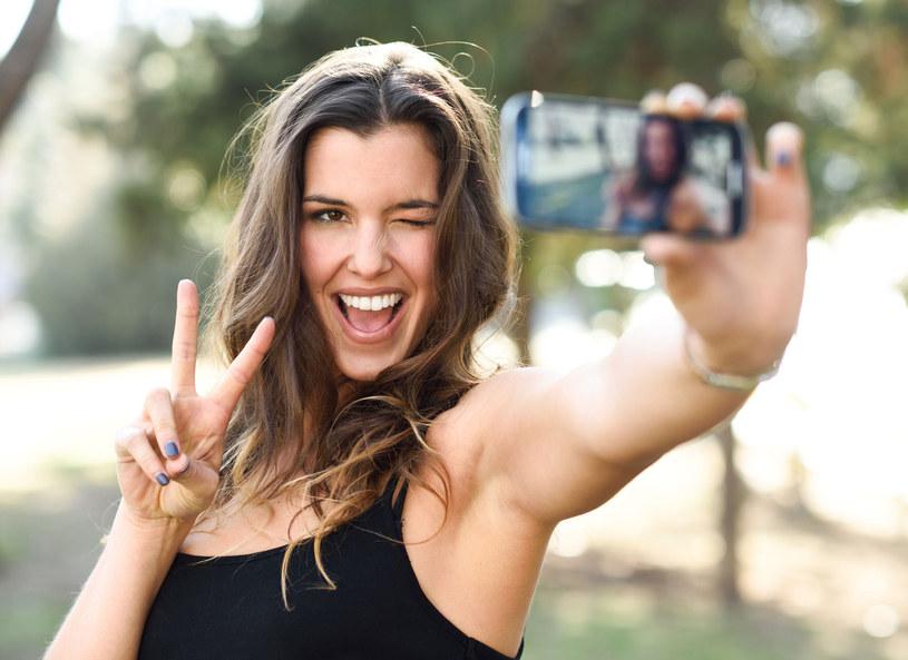 Selfie jest sposobem na wyrażenie swojej osobowości /Picsel /©123RF/PICSEL