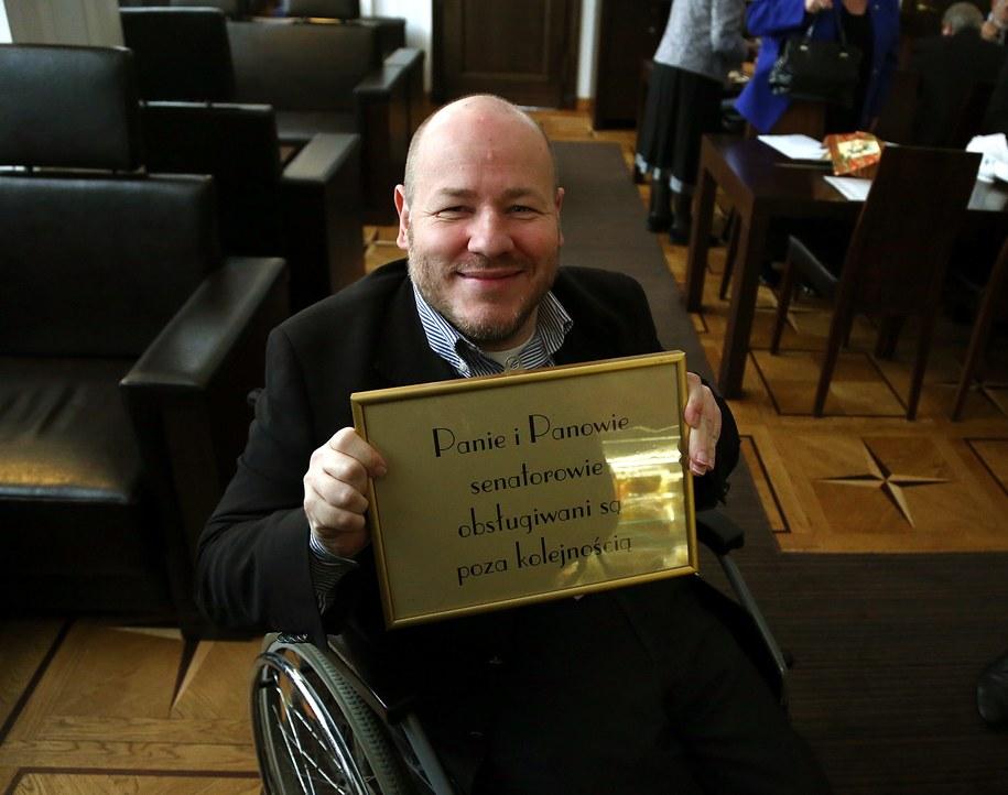 Senator Jan Filip Libicki prezentuje tabliczkę w kawiarni senackiej. /Tomasz Gzell   (PAP) /PAP