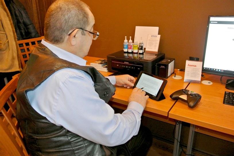 Seniorzy dowiedzą się na nich jak wyszukać informacje w sieci, wysłać maila czy poruszać się w mediach społecznościowych /materiały prasowe