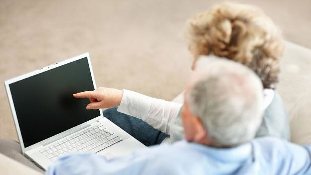 Seniorzy zamiast chodzić na zakupy coraz chętniej kupują artykuły spożywcze przez internet /© Panthermedia