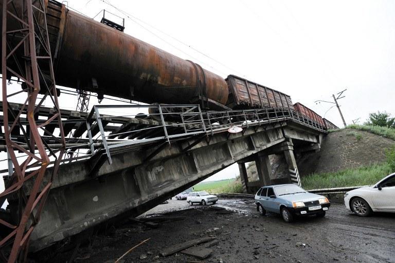 Separatyści wysadzili most, po którym jechał pociąg towarowy /AFP