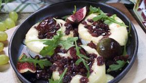 Ser typu camembert w sosie rodzynkowym z figami i rukolą