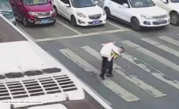 Serdeczny gest policjanta. Przeniósł na plecach staruszka przez pasy